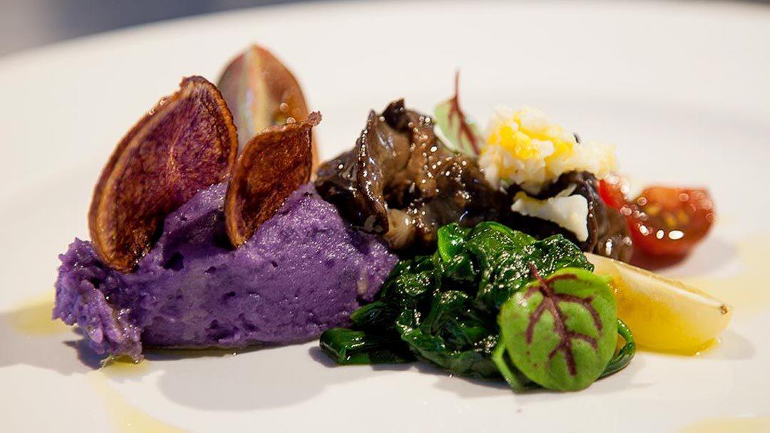 Patate viola e lumache, uova mimosa e spinaccino